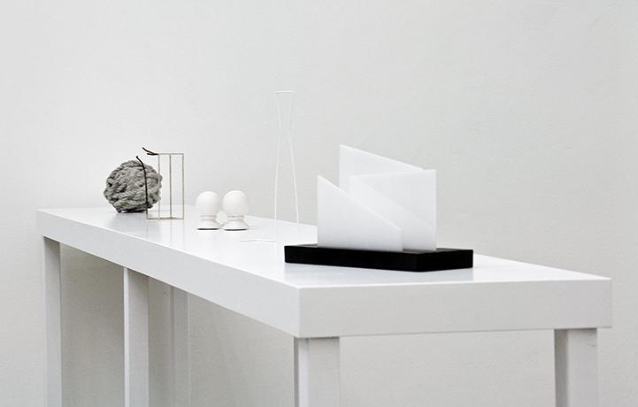 """Unbetitelt"" (Endstücke, Umriss, Briefständer, Silbersockel gesprengt, Betonknoten), 2015, Kunstraum LLLLLL, Wien, 2016"